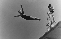 """Berlin 1936 OG, Shooting of """"Olympia"""", documentary film by Leni RIEFENSTAHL - A cameraman on the diving board, filming a female diver."""