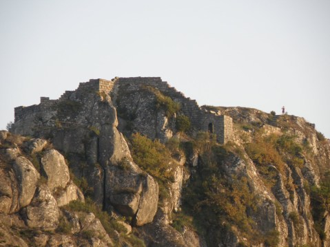 Castelo de Castro Laboreiro. A entrada das alturas é estreita e íngreme