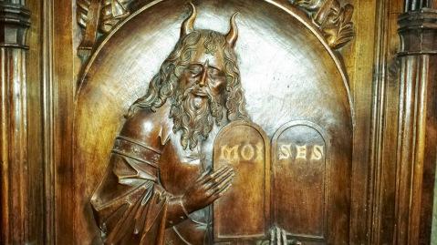 Moisés. Sillería de coro de la catedral de San Salvador de  Oviedo. Obra realizada entre 1491 y 1497.