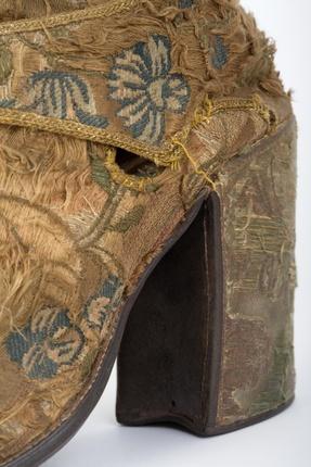 Tesouro-Museu da Sé de Braga. Sapatos Litúrgicos do Arcebispo D. Rodrigo de Moura Teles, séc. XVIII, fotografia de Manuel Correia
