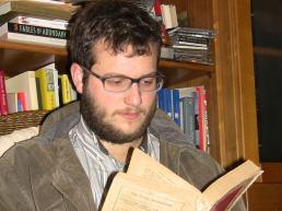 Jovem leitor com barba