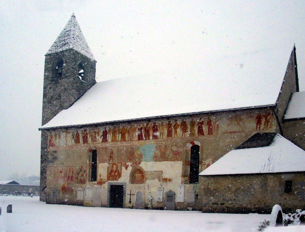 Igreja de São Virgílio. Lado do cemitério. Pinzolo. Itália.