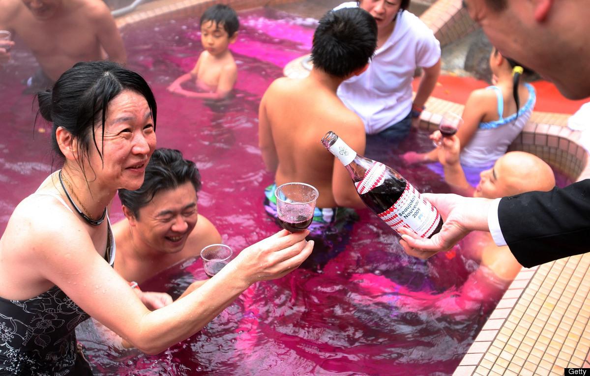 Piscina de vinho para  celebrar a  nova colheita do Beaujolais Nouveau.