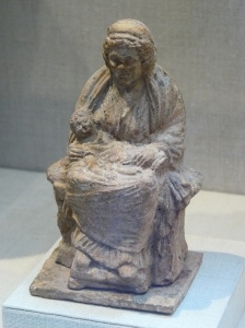 05. Estatueta de terracota com uma velha ama com um bebé ao colo, Ática ou Beócia. Grécia. Séc. IV a.C.