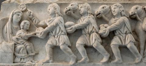 adoracao-dos-magos-painel-de-um-sarcofago-romano-do-sec-iv-proveniente-do-cemiterio-de-santa-agnes-museu-pio-christiano