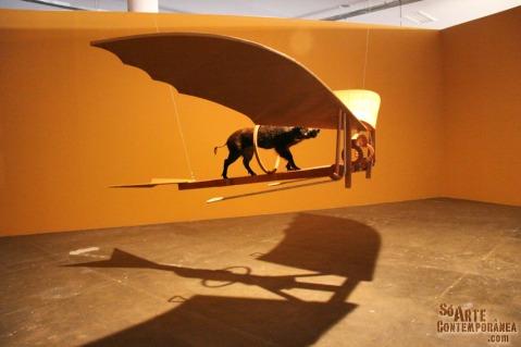 Nelson Leirner. A Pacavoa (2010) Madeira e lona com jabuti empalhado. Bienal de São Paulo