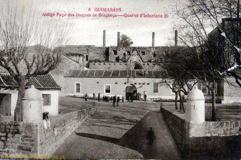 O Paço dos Duques antes do restauro. Foi utilizado como Quartel Militar entre 1807 e 1935