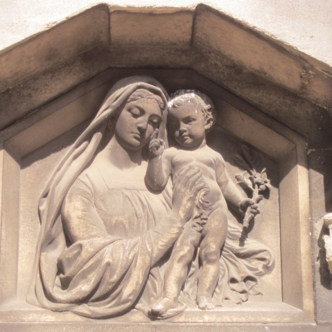Virgem Maria e o Menino Jesus. Escultura tumular. Cemitério de Auteuil.