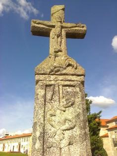 03. Cruzeiro do Galo. Face anterior. Enforcado, galo e Cristo crucificado