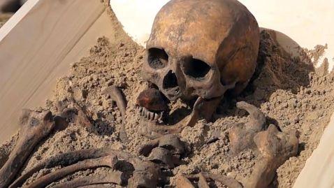 10. Esqueleto de vampiro com uma pedra na boca. Kamien Pomorski. Polónia. Séc XVI
