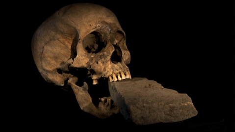 12. Caveira de uma mulher vampiro com pedra na boca. Itália. Séc XVI