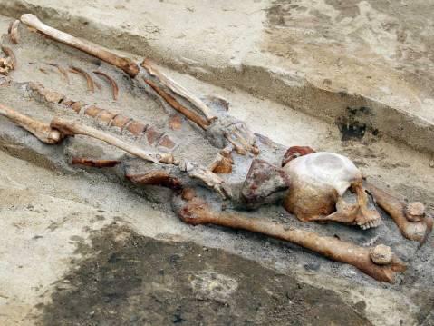 13. Sepultura de vampiro. A cabeça foi decepada e colocada ntre as pernas. Gliwice. Polónia. Sec XVI