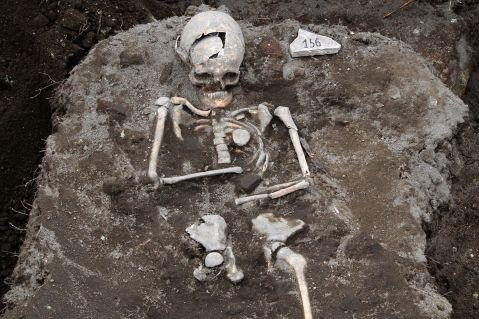 14. Suposto vampiro com uma estaca cravada no coração. Bulgária. Sec XIII