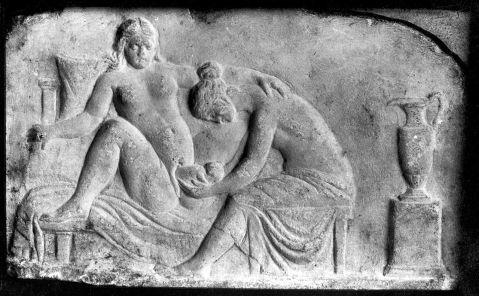 01. Escultura romana em relevo com uma parteira a ajudar a um nascimento