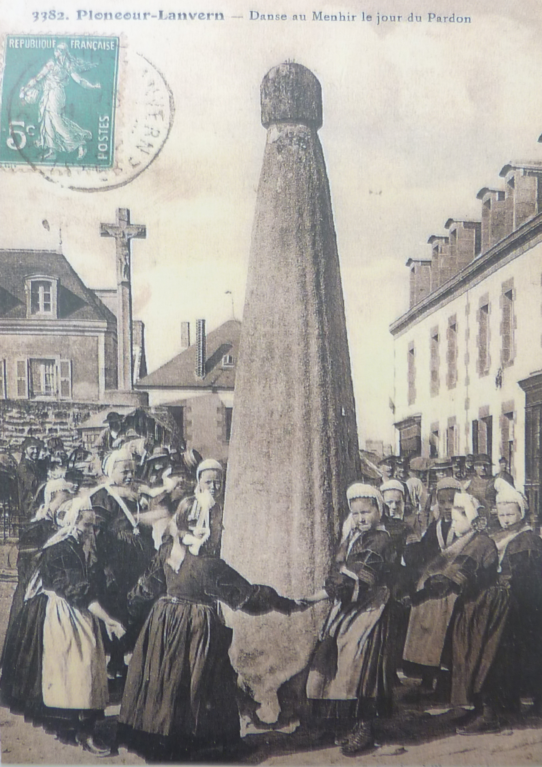 04. Plonéour-Lanvern. Dança do menhir no Dia do Perdão (bilhete postal, início do séc. XX)