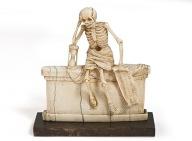 20. Esqueleto com mortalha sentado num túmulo. França. 1547