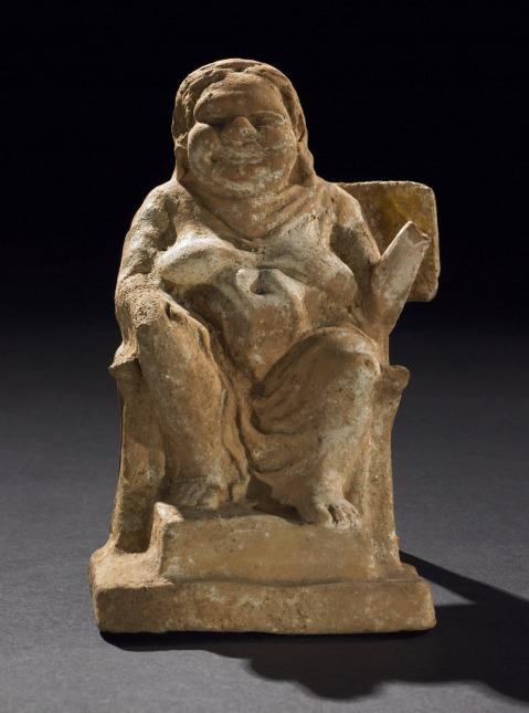 03. Figura de Terracota. Mulher sentada numa cadeira. Beócia, Grécia, c. 300 a.C. British Museum.