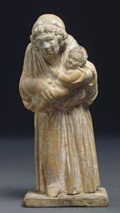 05. Figura de terracota de uma velha ama com bebé ao colo. Beócia. Grécia. Cerca de 300 a.C.