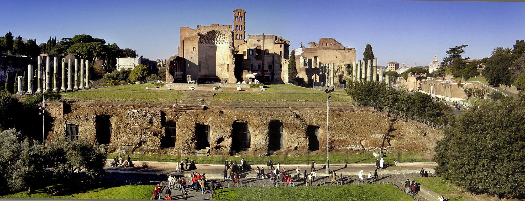 O Templo de Vénus e Roma visto do Coliseu.
