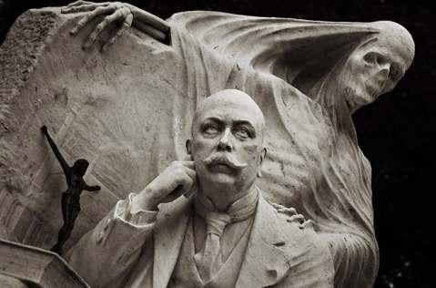 Escultura da famiíia Nicolau-Juncosa no cemitério de Montjuic, em Barcelona.