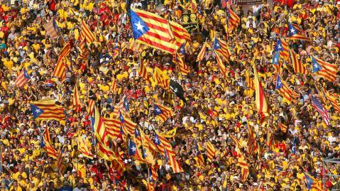 Manifestação pró-independência na Praça Catalunha, em Barcelona © Albert Gea Reuters (Visão 2.05.2017).