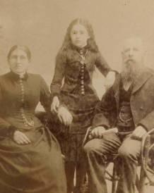 07. Fotografia post-mortem. A menina falecida tem as pupilas pintadas nas pálpebras.