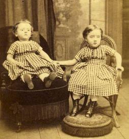 06. Fotografia post-mortem. A menina morta, à esquerda, tem as pálpebras pintadas.