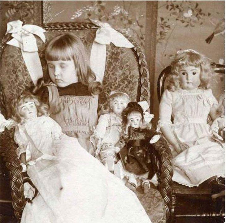 Fotografia post-mortem. Menina morta com as suas bonecas.