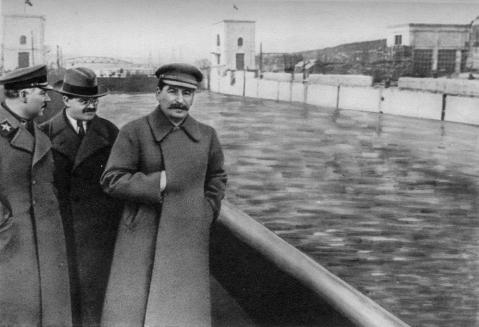 Nikolai Yezhov, figura controversa, desaparece na segunda fotografia. Desempenhou altos cargos na União Soviética, incluindo a chefia da polícia secreta durante a Grande Purga. Foi pr
