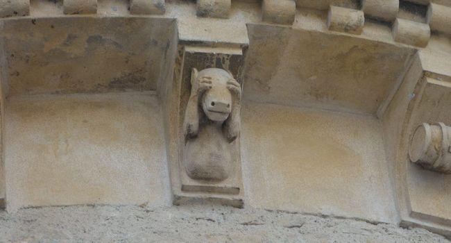 Burro que cobre os olhos, na Collégiale Saint-Pierre de Saint-Gaudens. Século XIII. França.