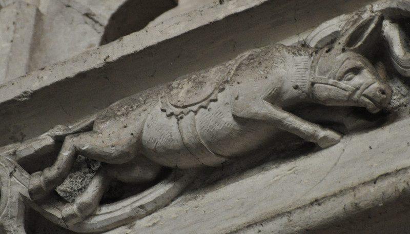 Burro a dar um coice, na Igreja de Notre-Dame des Andelys. Construída em 1225. França.